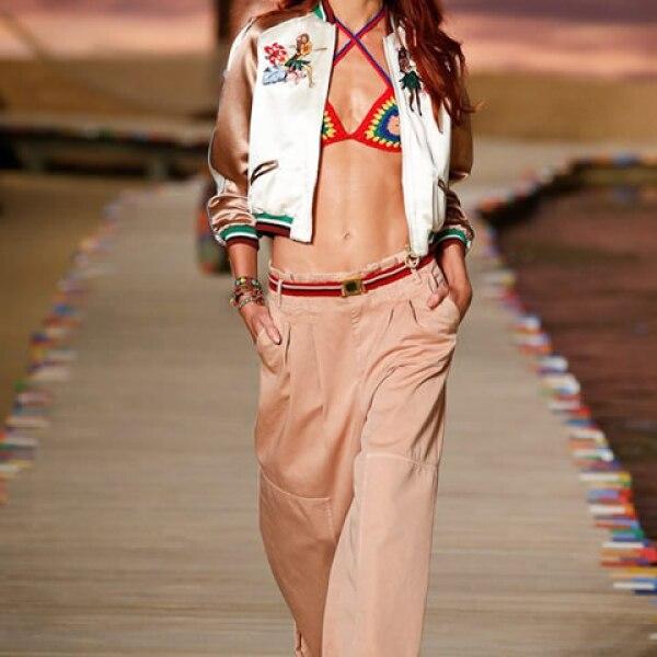 Bomber de seda multicolor, top de bikini de crochet, pantalones rosas deslavados y alpargatas.