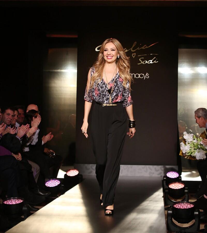 Como toda una modelo lució Thalía durante la reciente presentación de su colección de ropa, en Nueva York.