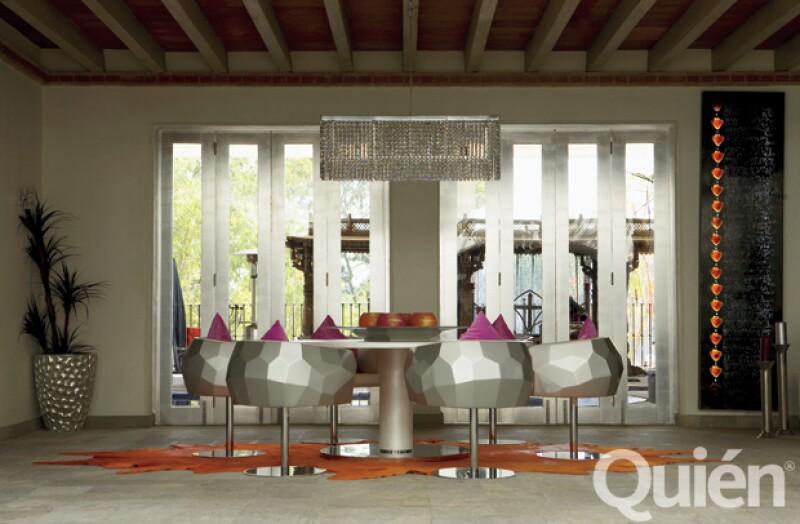 A GO-GÓ. Este antecomedor tiene un estilo de la década de los sesenta. Los muebles son Fendi y del techo cuelga una lámpara con cientos de cristales Swarovski.