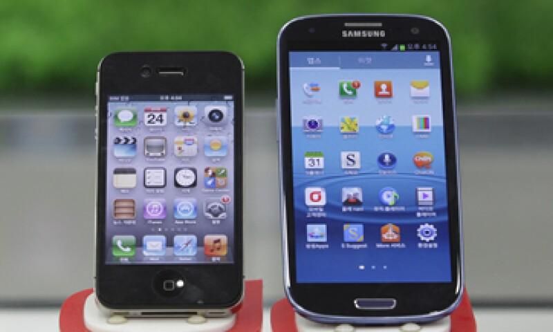El jurado resolvió que Samsung debería pagar más de 1,000 mdd a Apple por infringir patentes. (Foto: AP)