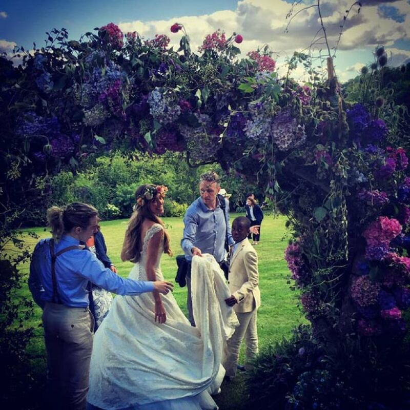 Con esta fotografía, fue como se dio un vistazo a la boda, a la cual acudieron los hijos de Guy y Madonna.