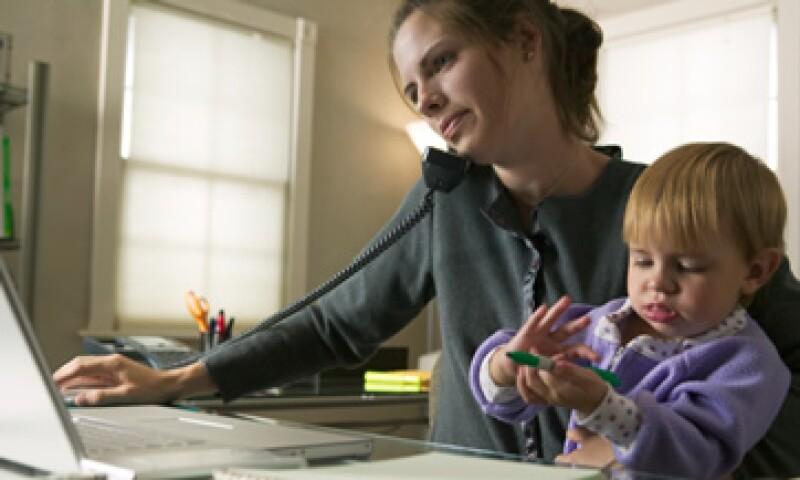 En América Latina la fuerza laboral femenina ha crecido de forma importante, pero el síndrome de culpabilidad en las madres hace que disminuya su participación en el mercado laboral. (Foto: Thinkstock)