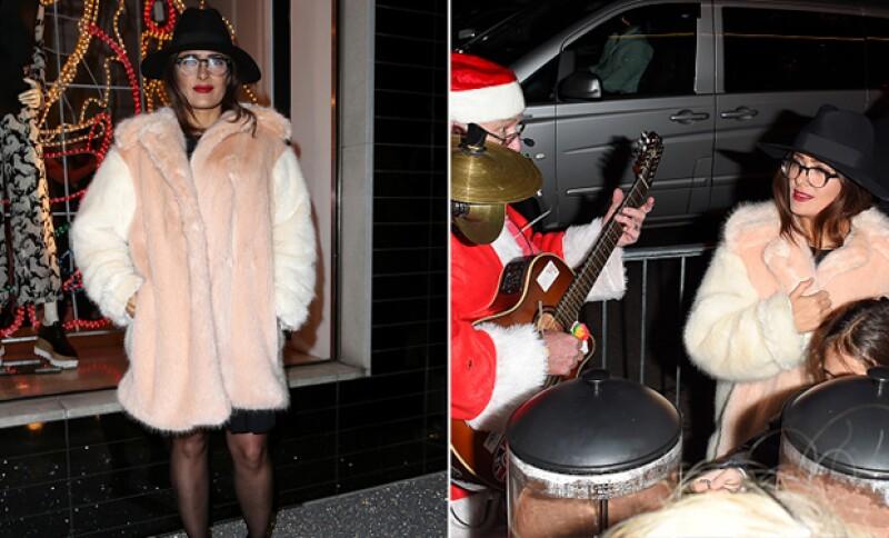 La actriz disfrutó de un show Navideño en las calles de Londres, luciendo súper chic.