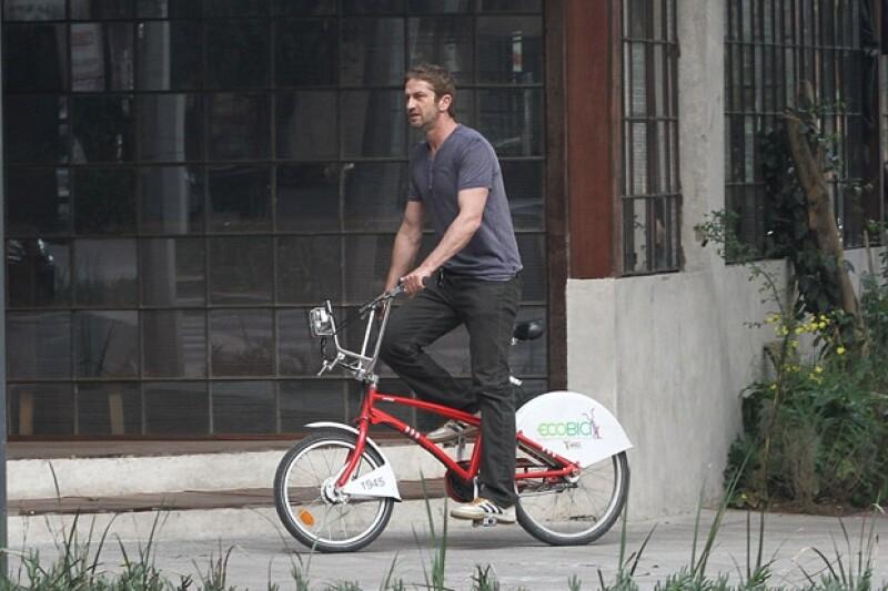 El actor escocés mostró su habilidad en la bici.