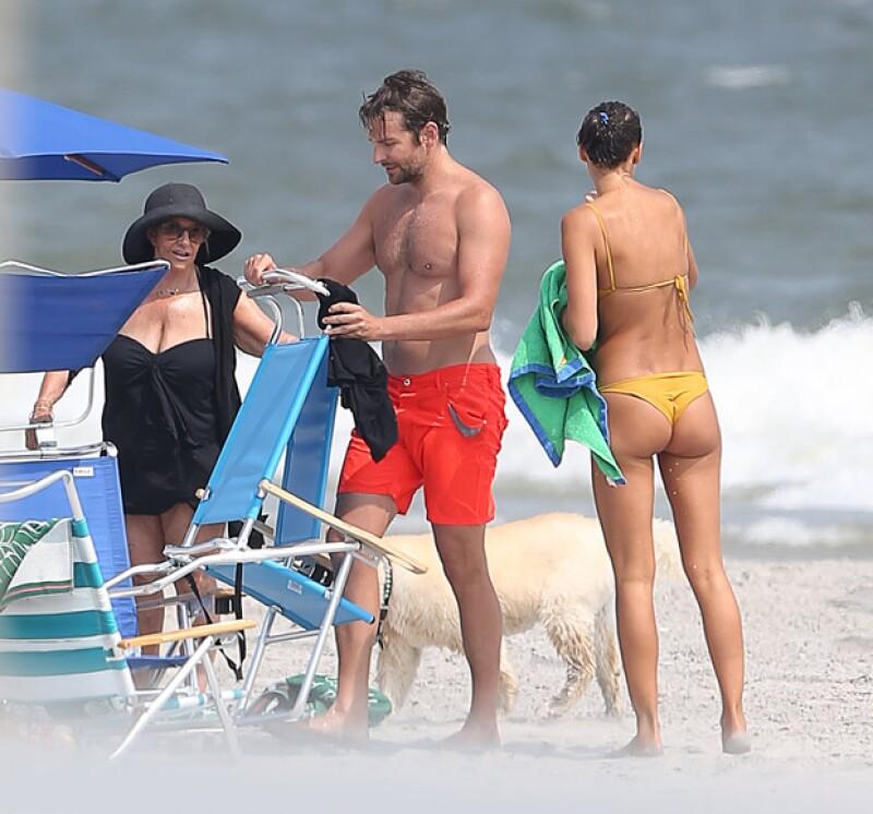 Mientras Irina y Bradley disfrutaron del mar, Gloria Cooper los esperó a la orilla.