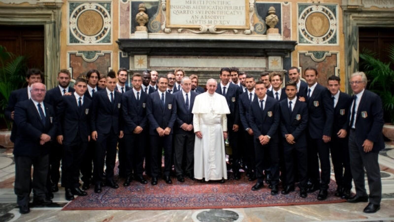 El papa Francisco recibe a futbolistas italianos y argentinos