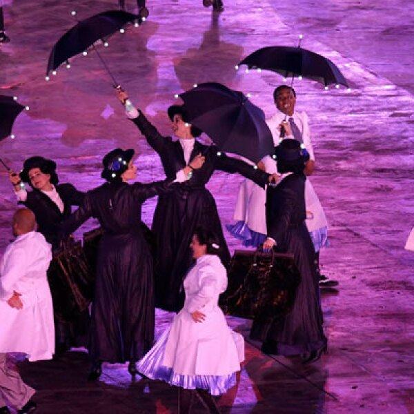 Los actores interpretaron varios pasajes de la historia de Londres en el estadio Olímpico.