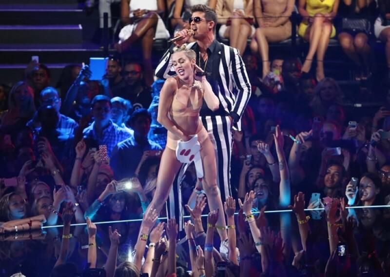 Miley Cyrus no sólo sorprendió al público con su actuación, sino al propio Thicke, que no estaba enterado de los planes de la cantante.