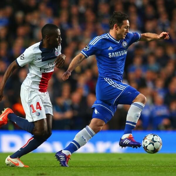 Frank Lampard de Chelsea le gana la carrera por el esférico a Blaise Matuidi