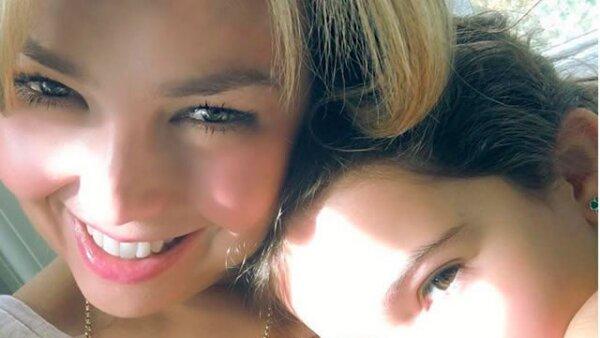 Sabrina Sakaë, la guapa hija de Thalía demostrandose su cariño en las redes sociales.