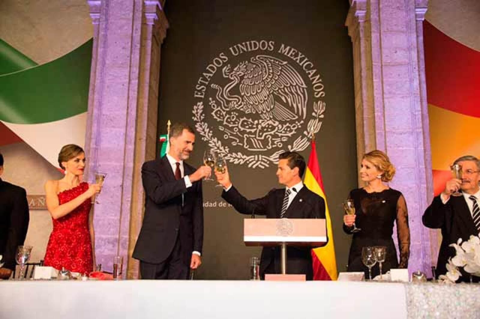 El rey y el mandatario mexicano ofrecieron un brindis por la relación entre ambas naciones.