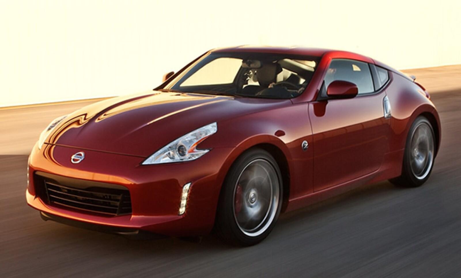 Tiene nuevas fascias delantera y trasera, luces diurnas LED y rines de aluminio de 18 o 19 pulgadas. Se comercializará también con los nuevos colores exteriores Magma Red y Midnight Blue.