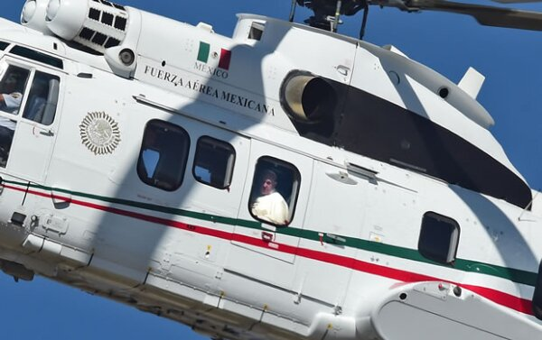 El Papa llegó en helicóptero al estadio de béisbol municipal.
