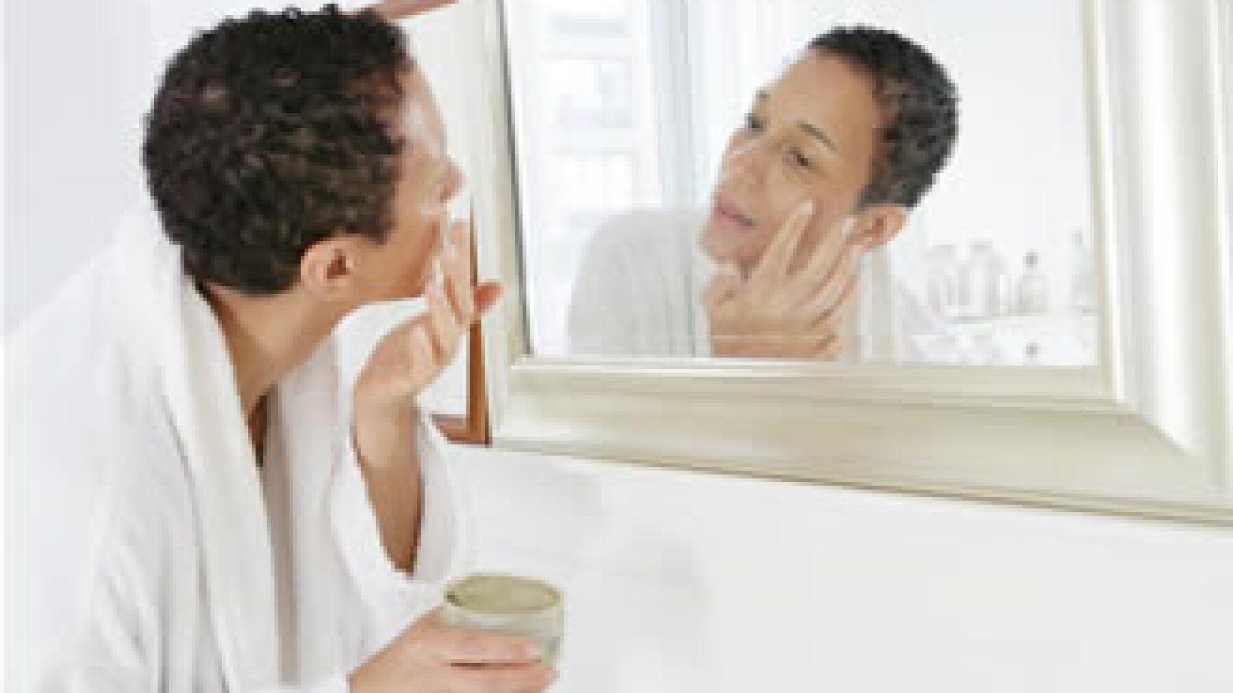 Para el senador panista, Salvador Tamborrel, el Reglamento de la Ley General de Salud en Materia de Publicidad es insuficiente a la hora de regular productos de cuidado personal o cosméticos que presumen efectos terapéuticos. (Photos to go)
