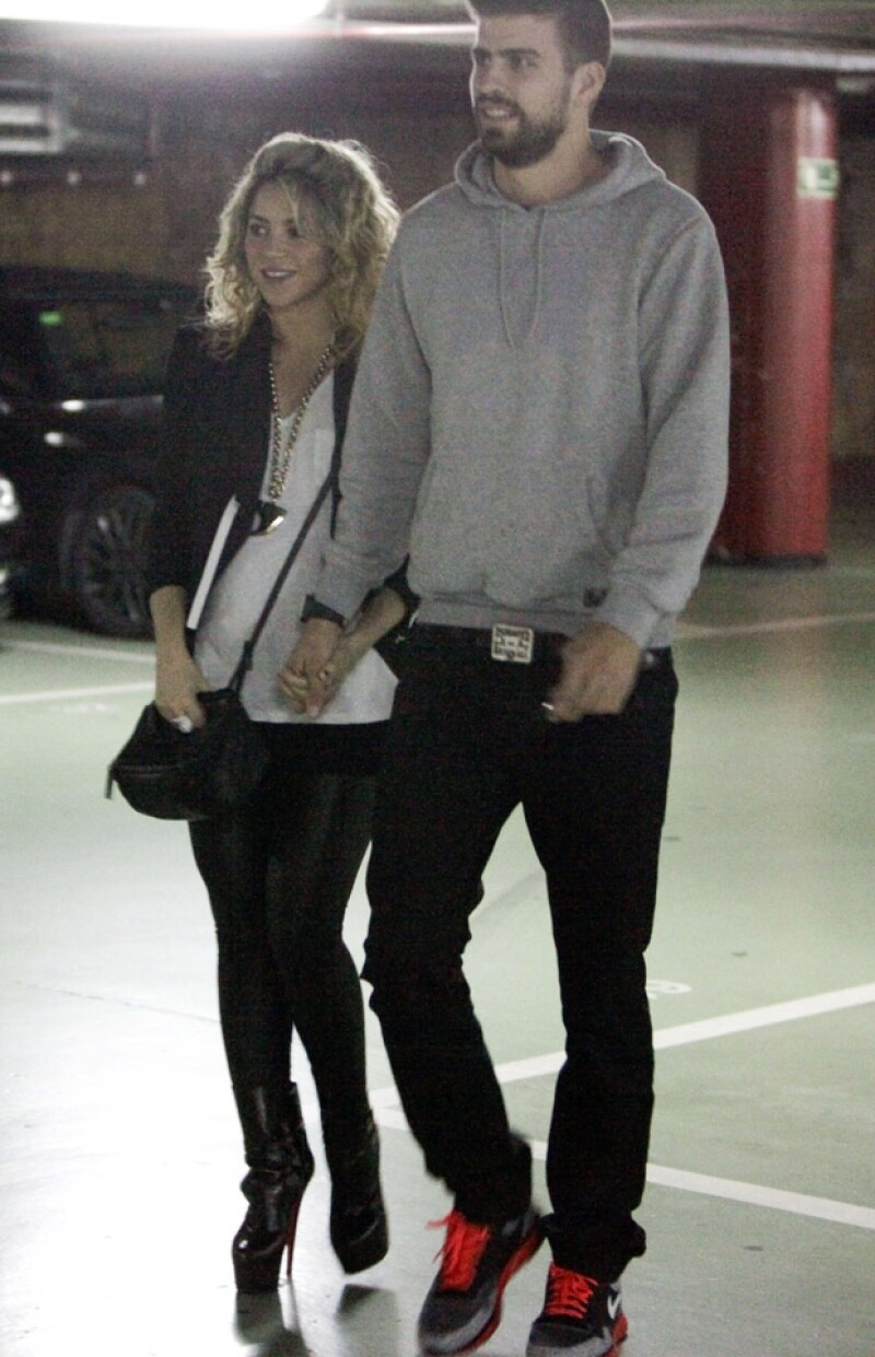 No cabe duda que la colombiana sigue preocupándose por verse bien, pues hace unos días se le vio saliendo del cine con su novio Gerard Piqué, usando zapatos muy altos.