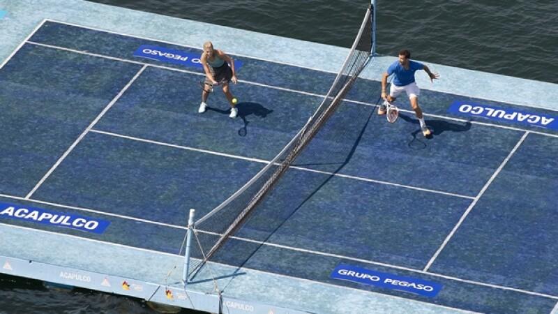 exhibicion de tenis sobre una plataforma