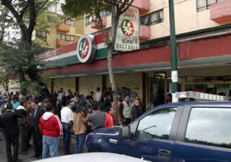 Algunos trabajadores de LyFC acudieron a hacer su trámite de liquidación.  (Foto: Notimex)