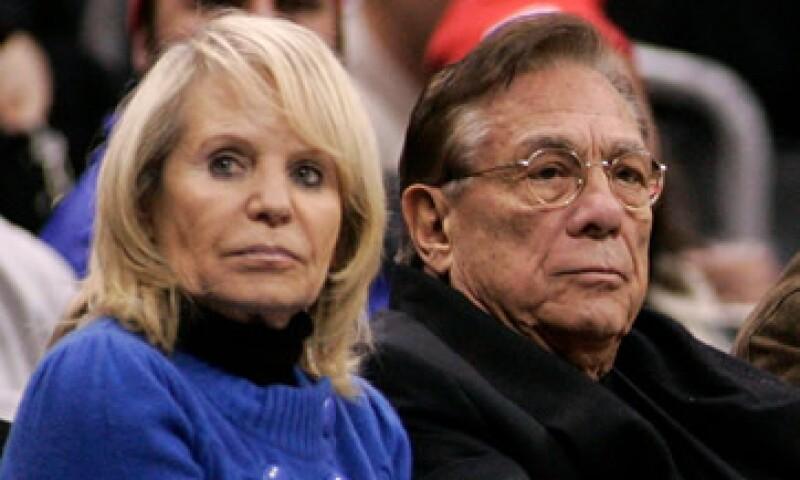 Donald Sterling aún no ha presentado una demanda contra su esposa Shelly Sterling (izquierda) por la venta del equipo de basquetbol.  (Foto: Reuters)