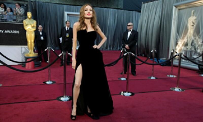 Angelina Jolie le fue fiel a su estilo sencillo y sensual con un vestido negro sin tirantes, de falda amplia y abierto de un costado.  (Foto: AP)