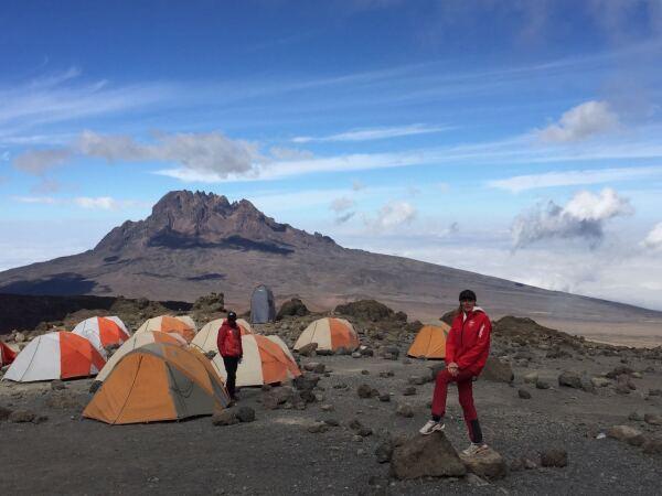 Campamento de grupo durante el ascenso al Uhuru Peak en Tanzania.