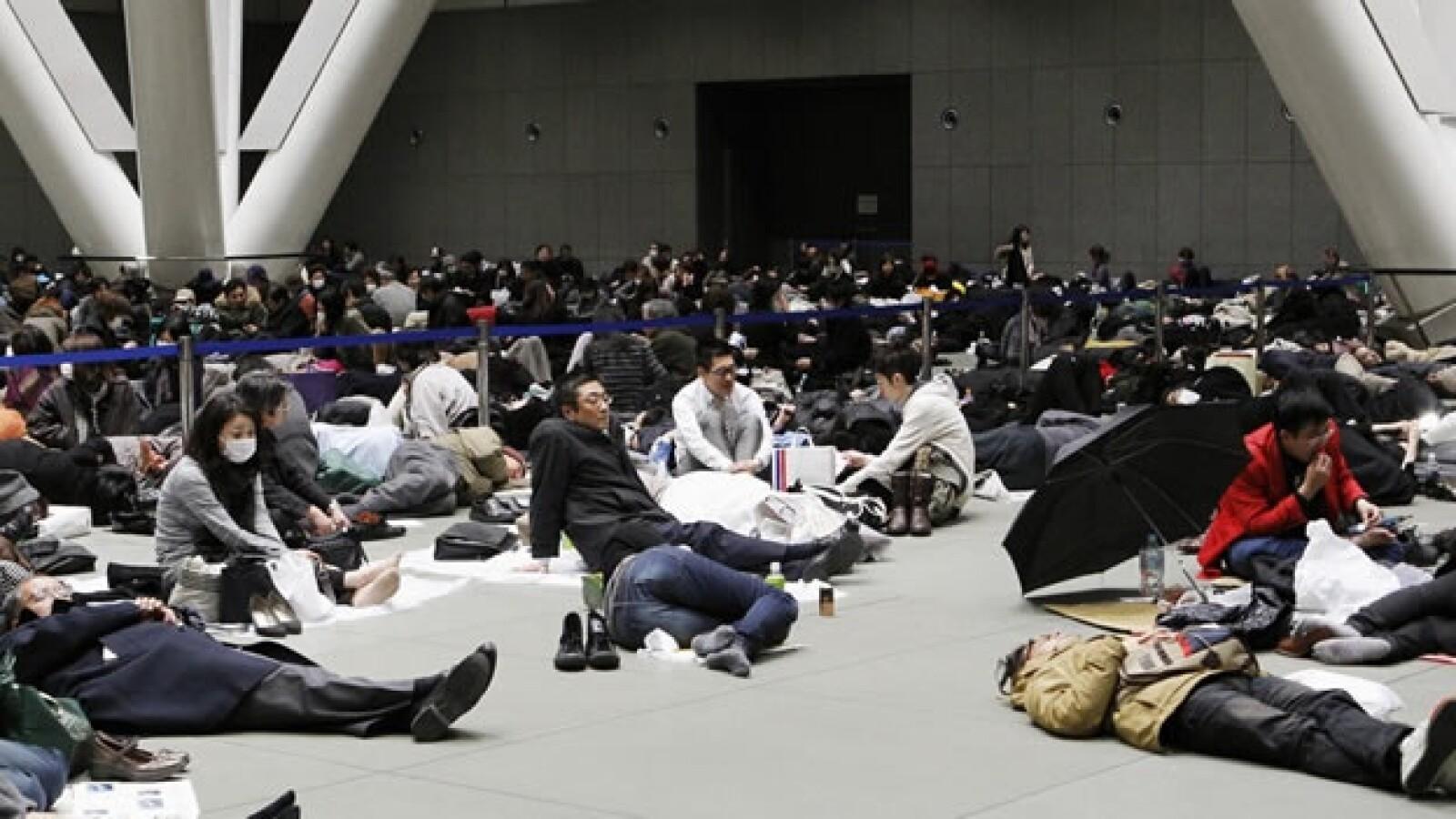 japoneses en albergue de tokio