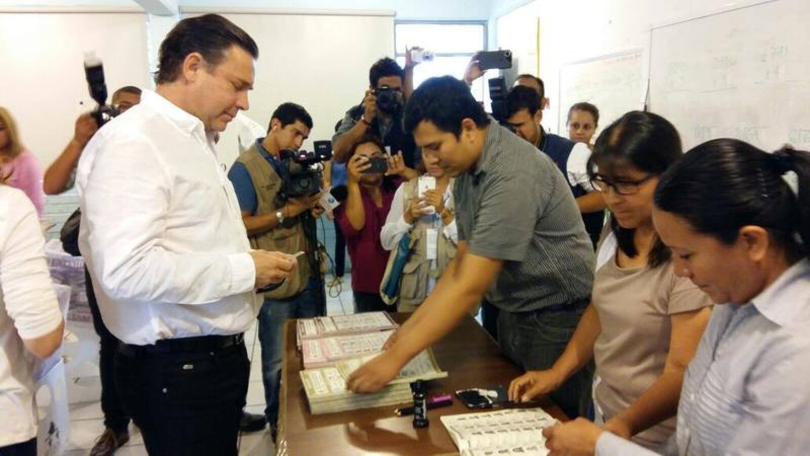 Eugenio Hernández, exgobernador de Tamaulipas, acudió a votar este domingo  e incluso reveló por quiénes favoreció con su voto. Hernández es requerido por la Administración para el Control de las Drogas (DEA) por supuestamente operar un sistema de lavado de dinero.