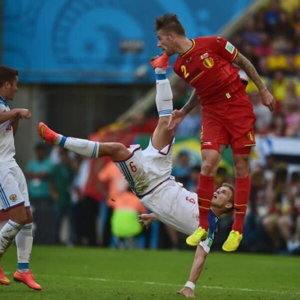 Alexander Kokorin de Rusia (derecha) disputa el esférico contra Toby Alderweireld de Bélgica