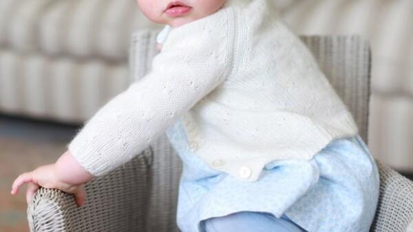 La hija de Kate Middleton y el príncipe William encanta con esta serie de imágenes, reveladas por los duques para celebrar su primer cumpleaños.