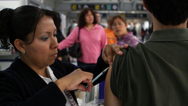 MÉXICO, D.F., 23JULIO2011.- Personal de la secretaria de Salud continua vacunando contra el sarampión en la Terminal 1 y 2 del Aeropuerto a viajeros que se dirigen a Estados Unidos y Europa. FOTO: RODOLFO ANGULO/CUARTOSCURO.COM