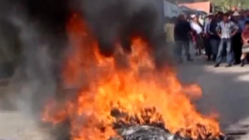 Un grupo de pobladores en Guatemala durante un enfrentamiento de policías que frenaron un linchamiento