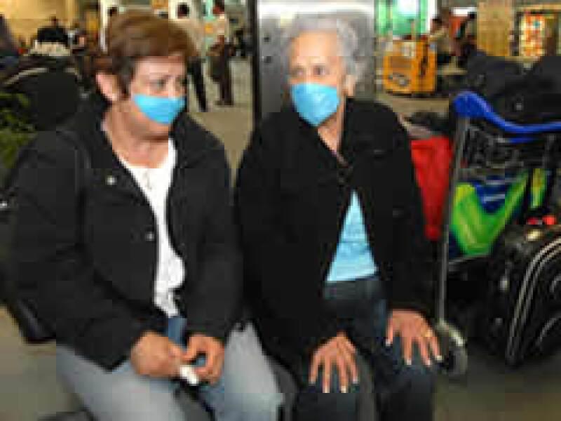 En la Terminal 2 del aeropuerto capitalino, los pasajeros ya utilizan medidas preventivas. (Foto: Notimex)
