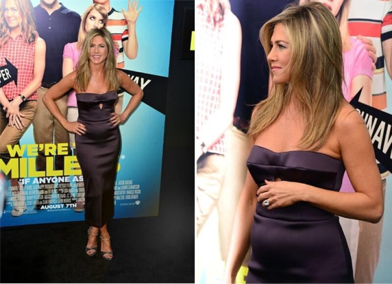 """La actriz, que presume una gran figura en el trailer de """"We are the Millers"""", lució un entallado vestido que levantó sospechas de un embarazo durante la premiere de la película en Nueva York."""