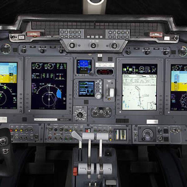 La aeronave puede llevar a 8 pasajeros, cuenta con un rango de vuelo máximo de 4,248 kilómetros, su velocidad máxima es de 861 km/h a una altitud límite de 15,000 metros.