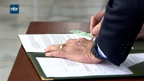 Jair Bolsonaro firma un decreto que flexibiliza la posesión de armas en Brasil