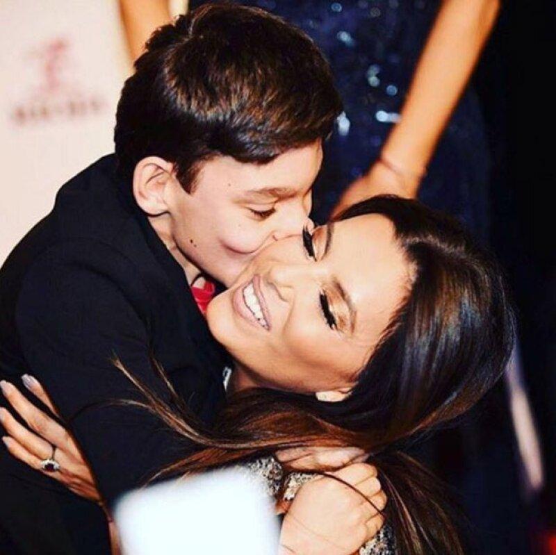 Para cerrar tan especial noche, Eva compartió una foto del momento en el que Adrián le da un beso en la mejilla.