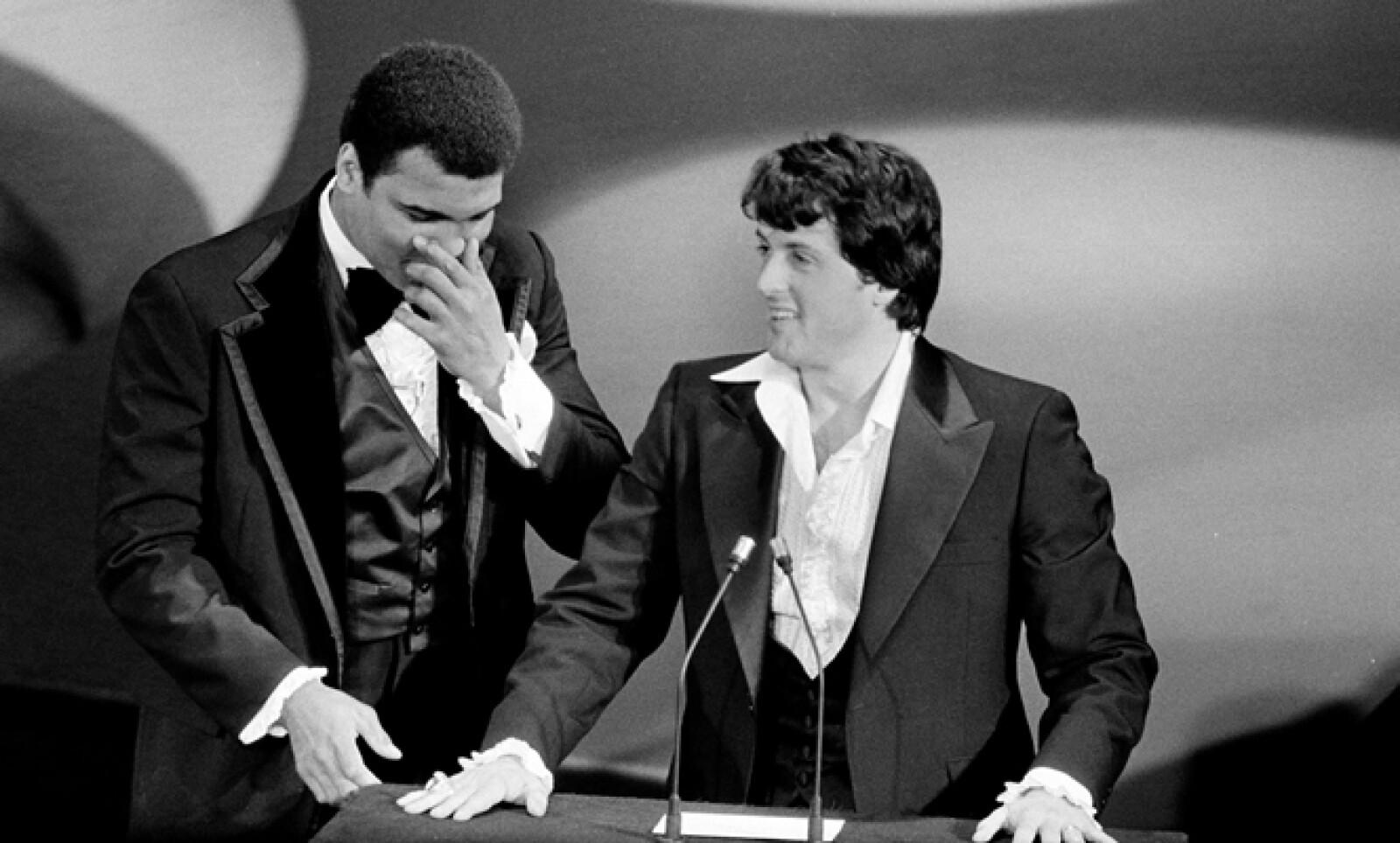 """El boxeador Muhammad Ali y Sylvester Stallone presentaron juntos una categoría en 1977. El deportista acusó, en tono de broma, al actor de """"robarle el guión"""" por la película Rocky."""