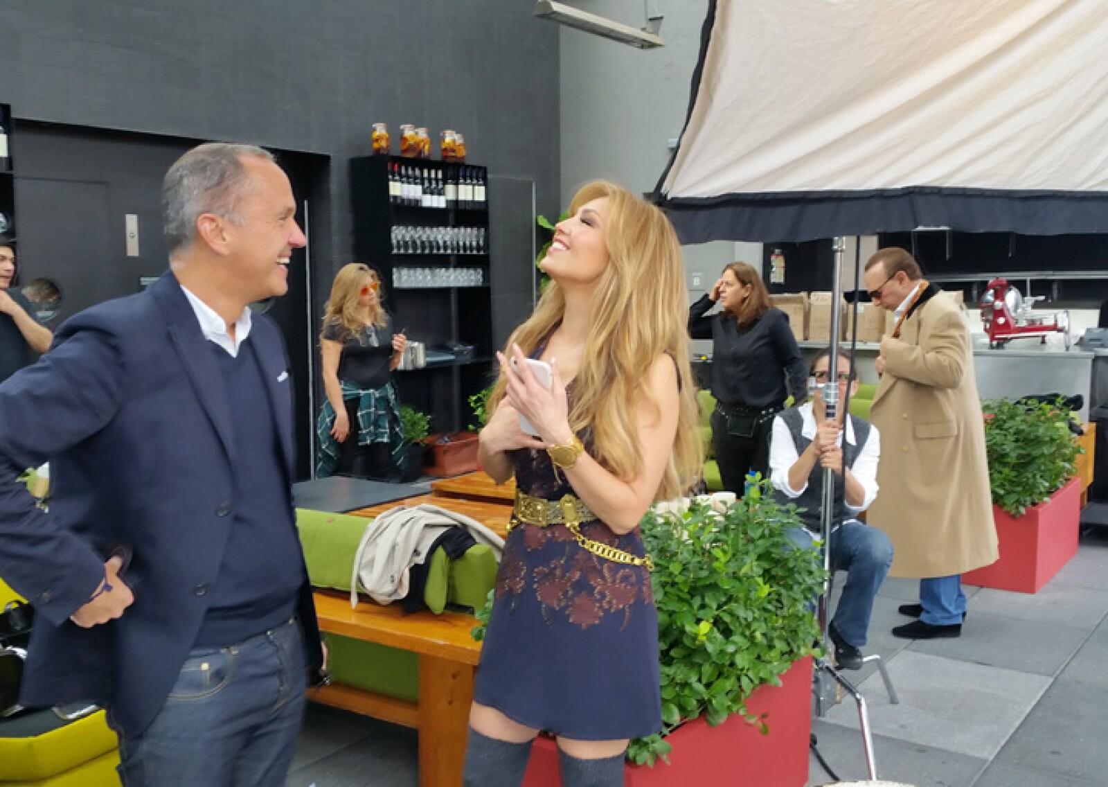 Mientras Thalía conversaba con Carlos Couturier, socio fundador de Grupo Habita, Tommy alistó los últimos detalles a su outfit.