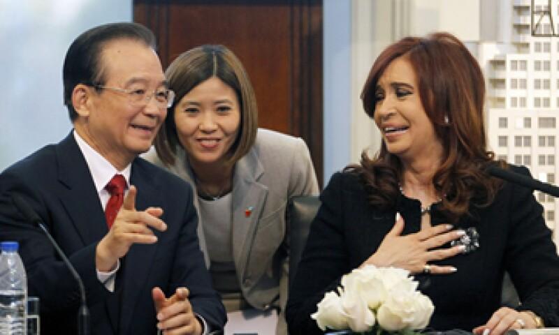 La presidenta de Argentina, Cristina Fernández, acompañó al premier Wen en la videoconferencia desde Buenos Aires. (Foto: Reuters)