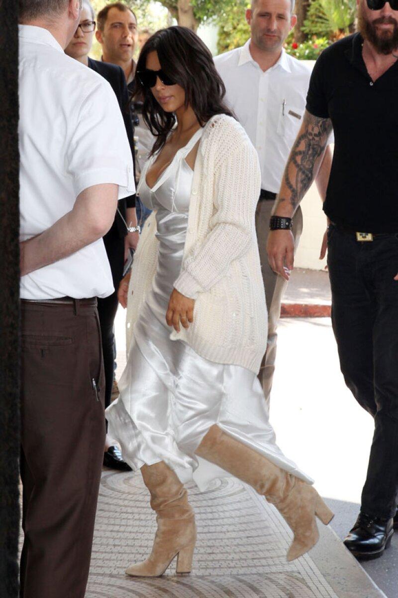 Kim Kardashian fue captada así en su primera aparición en Cannes.