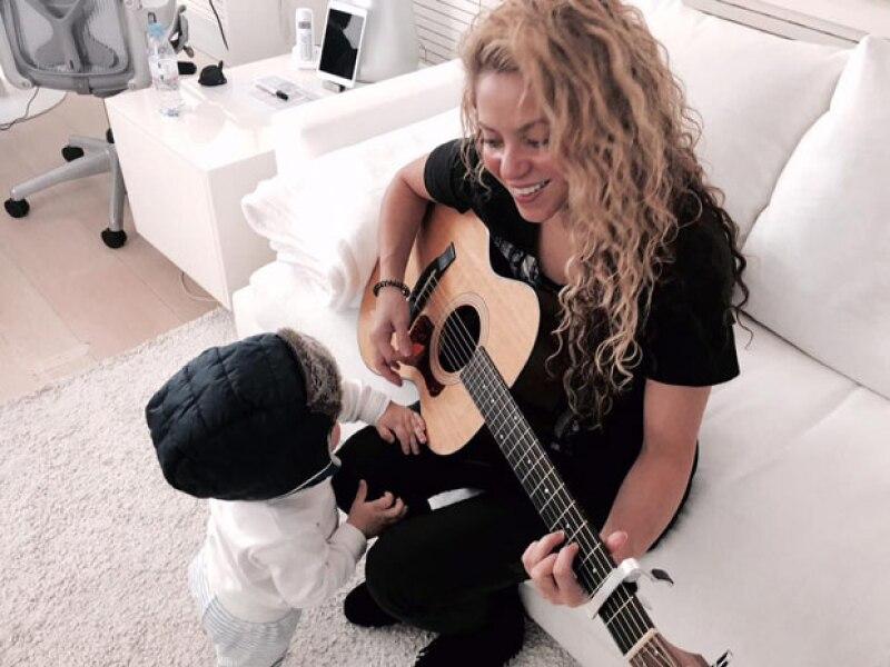 La cantante colombiana presumió en su cuenta de Instagram una imagen de su hijo menor, de quien asegura, está impresionada ante lo mucho que ha crecido en tan solo un año.