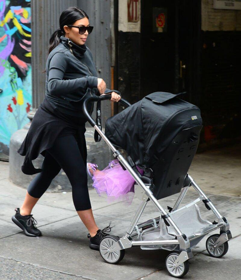 Kim Kardashian fue captada junto con su hija paseando por las calles de Nueva York, pero lo que más llamó la atención fue el outfit que su primogénita usó cual cuento de hadas.