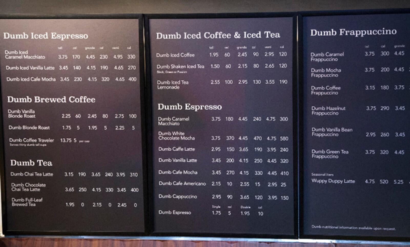 La cafetería copia el menú de Starbucks pero antepone la palabra tonto a cada producto.