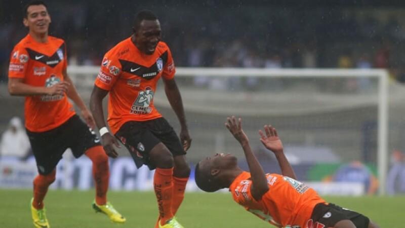Enner Valencia (derecha) se hinca y mira hacia el cielo luego de anotar su tercer gol ante Pumas