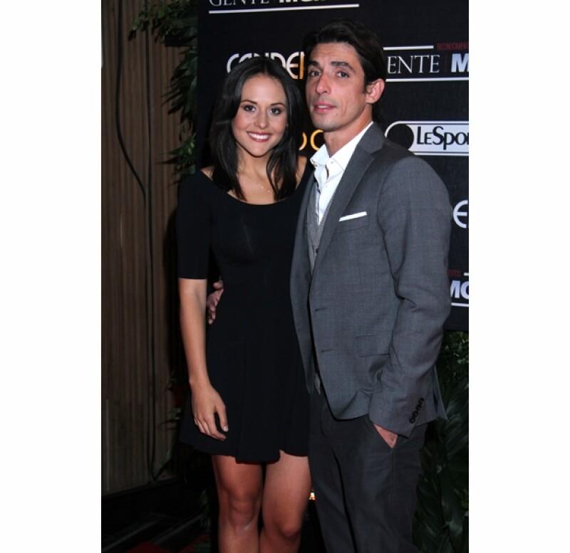 La actriz presumió en Twitter que su novio Alberto Guerra le pidió ayer por la noche que se convirtiera en su esposa. Ambos se escribieron mensajes de amor, felices por su compromiso.