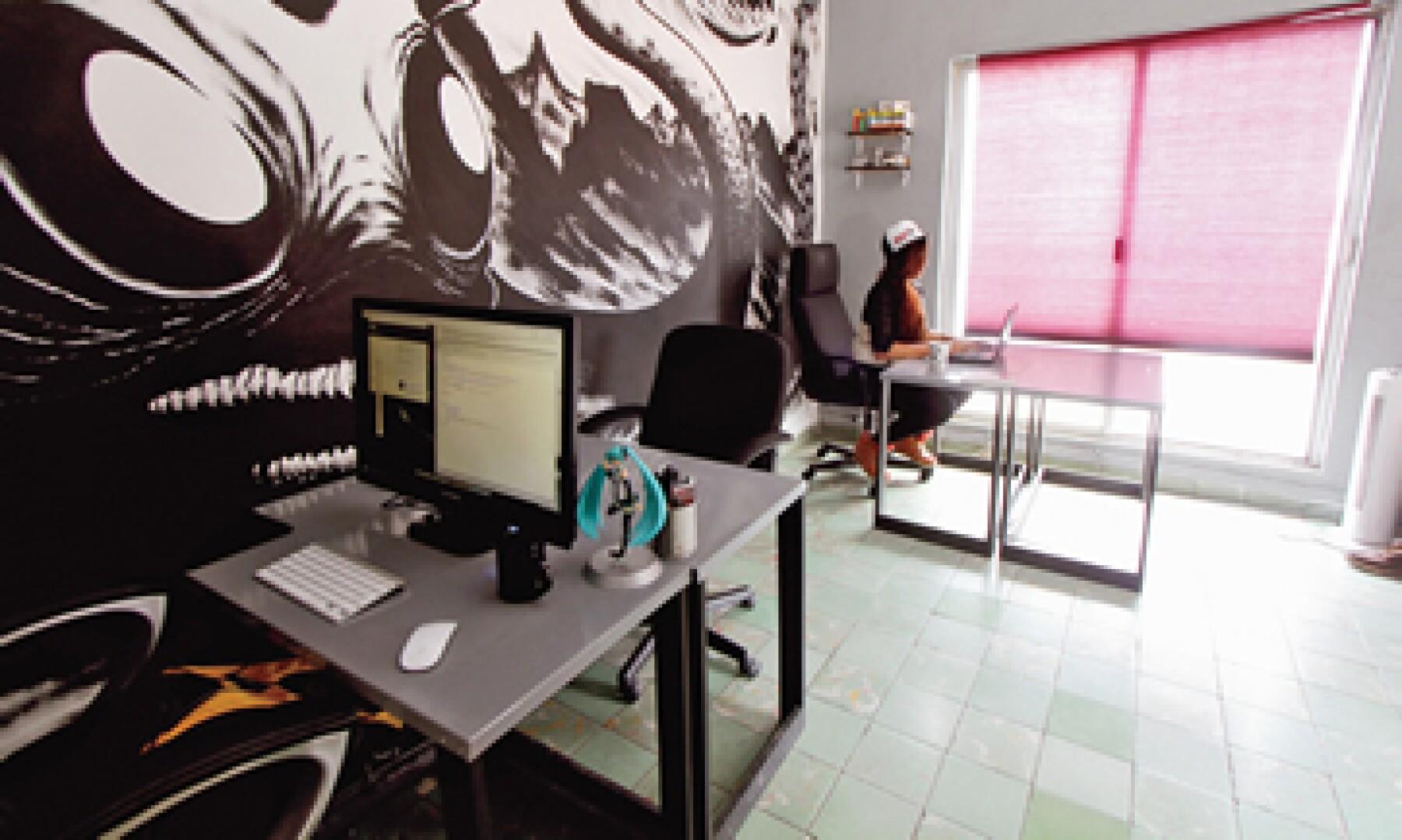 Es una casa de dos plantas con tres áreas comunes de trabajo. (Foto: Especial)