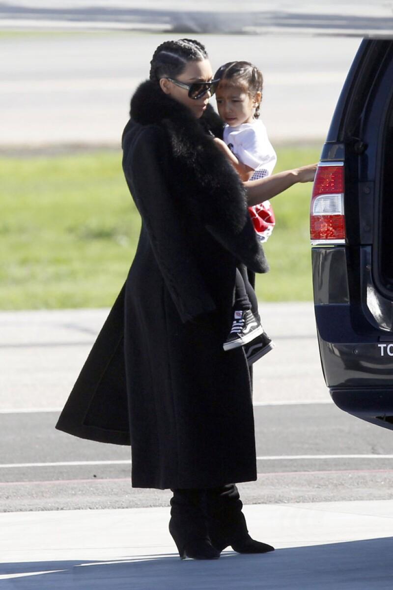 La estrella televisiva fue captada subiéndose a un jet, junto con sus dos hijos y Caitlyn Jenner, que la llevaría a Nueva York desde Los Ángeles para asistir a la pasarela de la marca de su esposo.