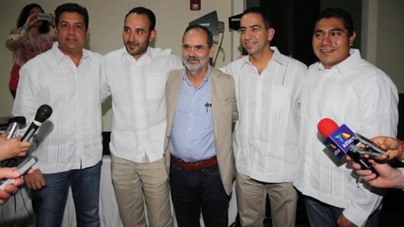 El líder nacional del PAN Gustavo Madero (centro), abrazando al senador Javier Lozano (segundo de derecha a izquierda) en un evento este jueves