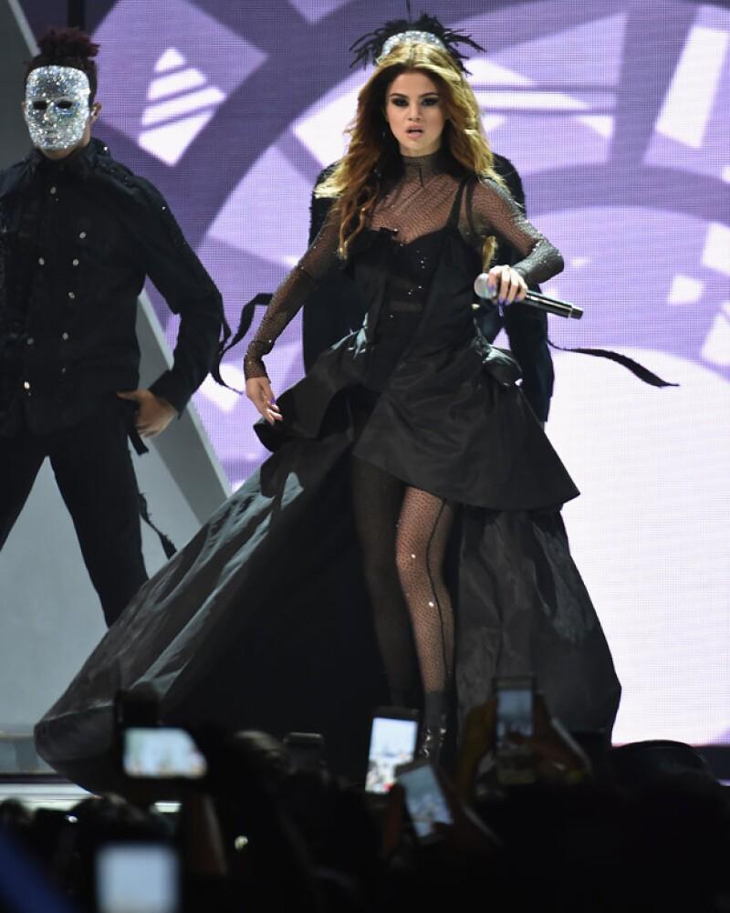 Al darse cuenta que un fan estaba usando FaceTime durante su concierto, la cantante no dudó en acercarse para que los que estaban en la llamada pudieran verla mejor y hasta platicar con ellos.