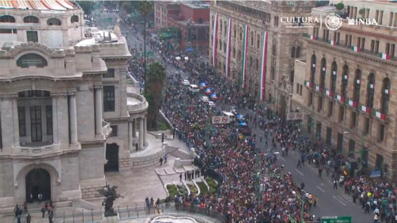 Toda la gente aglomerada en Bellas Artes.