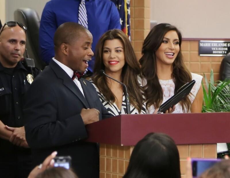 Las hermanas con el alcalde André Pierre.